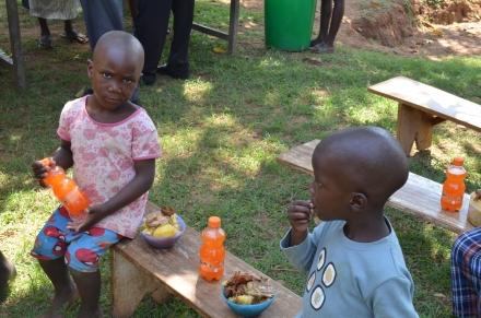 Die Kleinen, Ali und Sam, lassen es sich besonders schmecken.