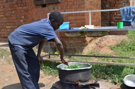 Die größeren Kinder helfen bei der Zubereitung.